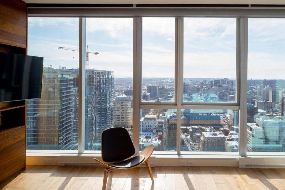 De la chambre principale, les copropriétaires ont une vue non obstruée vers l'ouest de Montréal et L'ÎIe-des-Sœurs.