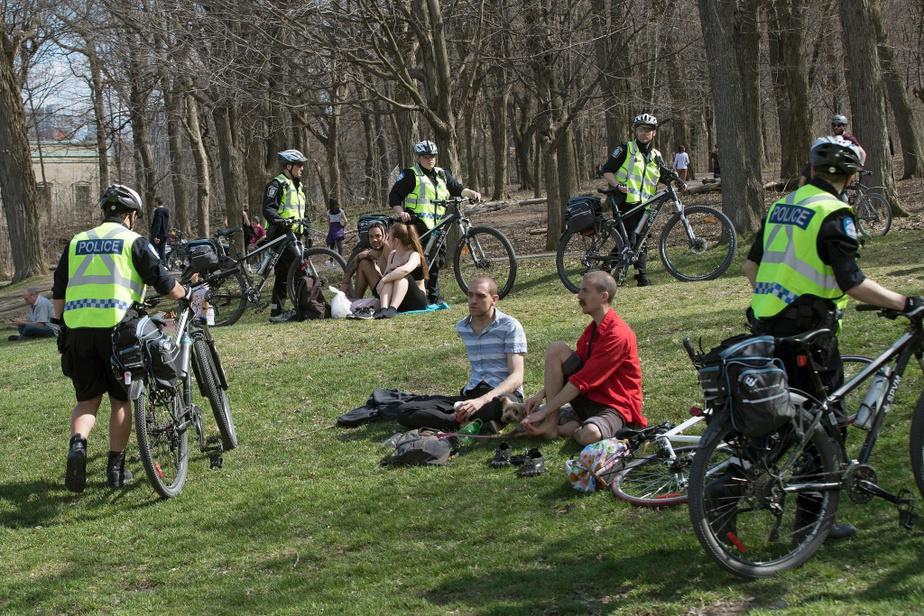 Au pied du mont Royal, les interventions policières ont été fréquentes, mais sont demeurées courtoises.