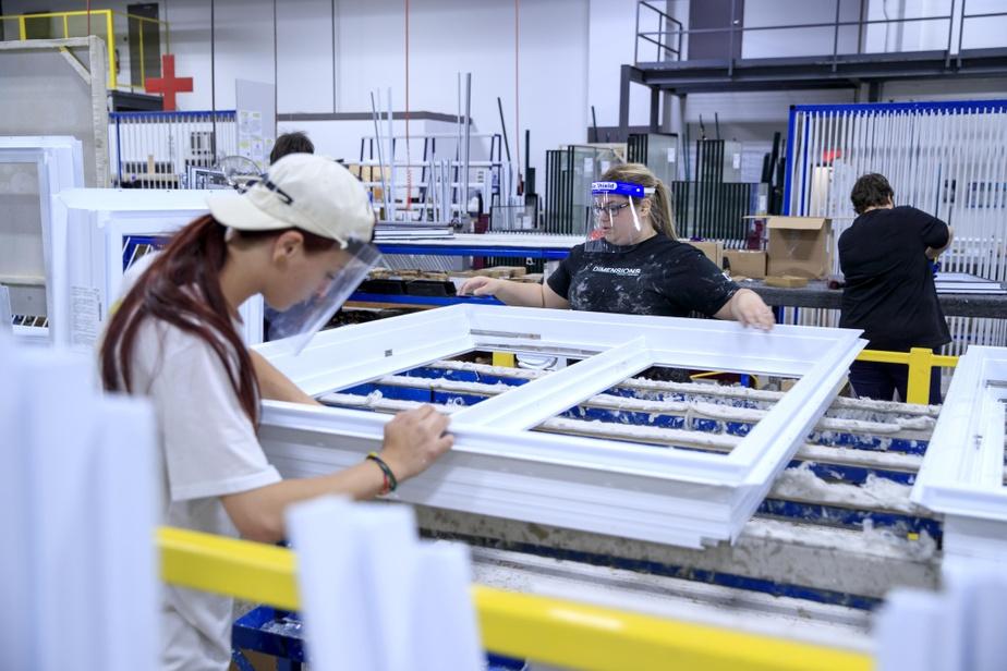 Quand les opérations ne le permettent pas, par exemple lorsqu'il faut plus d'un employé pour compléter l'assemblage d'une fenêtre, Dimensions leur demande de porter la visière.
