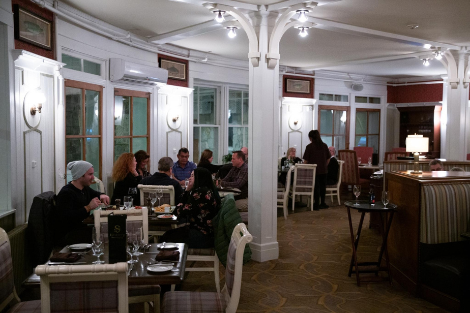 Stickney's Pub L'offre de restauration du complexe entourant l'hôtel MountWashington est vaste et diversifiée, avec une bonne demi-douzaine de restaurants situés dans l'hôtel ou tout près. Ça vaut certainement le coût de déjeuner dans la prestigieuse salle à manger principale–le buffet est savoureux et généreux–, alors que le Stickney's Steak&Chop Pub est plus convivial après une journée de ski. Le menu est néanmoins à la hauteur du statut de l'hôtel–les croquettes de crabe saisies à la poêle étaient notamment délicieuses.