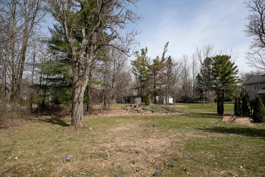 Le terrain derrière la maison représente plus de 26000pi2.