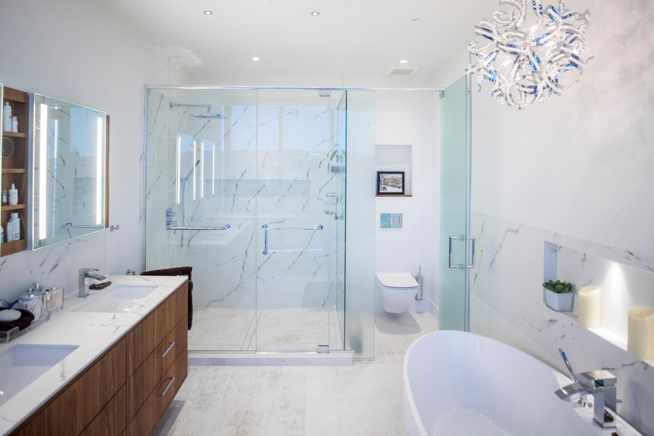 La salle de bains adjacente à la chambre principale est très spacieuse. Elle jouxte une vaste penderie de stylewalk-in.