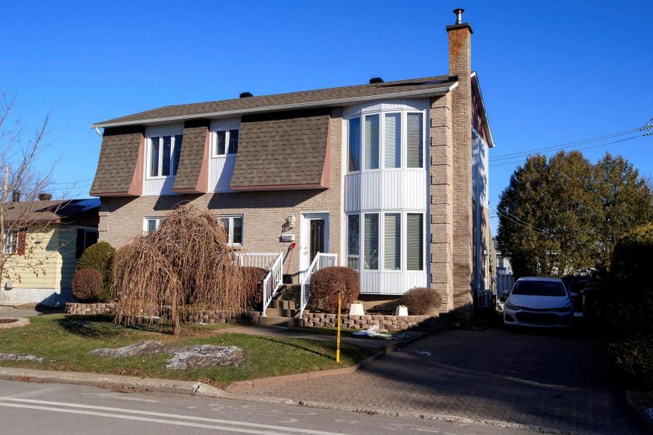 Construite dans les années70, cette maison n'avait à l'origine qu'un seul niveau. Un deuxième a été ajouté par la suite. Contrairement à beaucoup de propriétés rénovées dans le cadre de l'émission, celle-ci ne manque pas d'espace. C'est la division de celui-ci qui pose problème.
