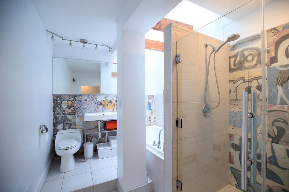 Lorsqu'ils ont aménagé la salle de bains, les propriétaires ont choisi d'y intégrer des tuiles en céramique Bansky du fabricant Peronda, qui s'intègre bien dans l'esprit de la maison.