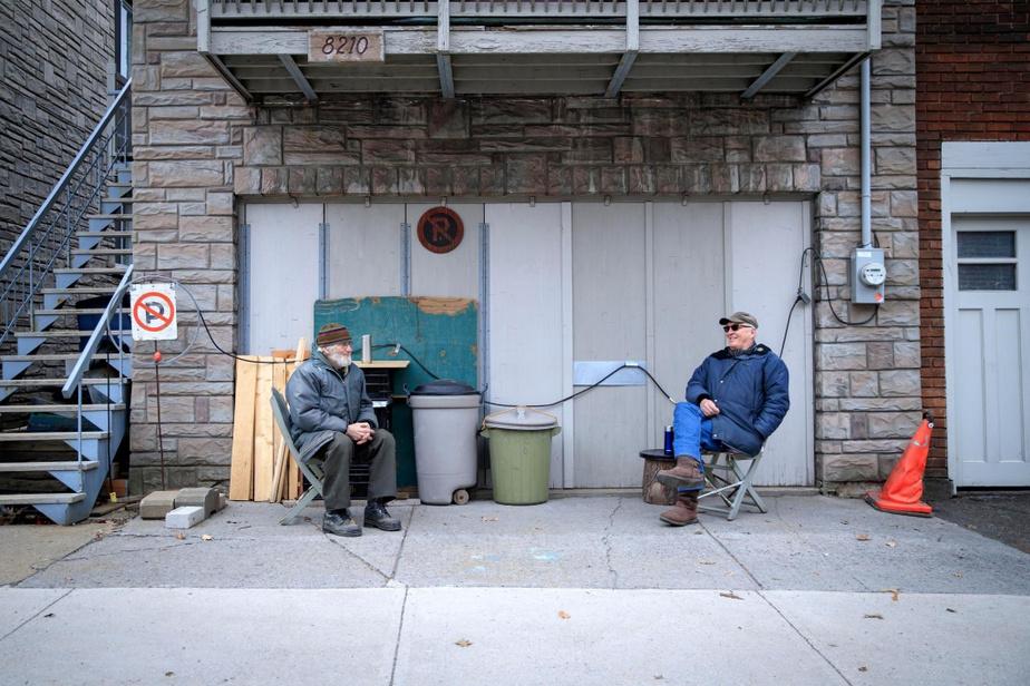 Pierre Hogue et André Boisvert se donnent rendez-vous quotidiennement depuis des années pour jaser et prendre leur café ensemble dans le quartier Villeray. En ce temps de pandémie, ils continuent ce rituel en gardant deux mètres de distance.