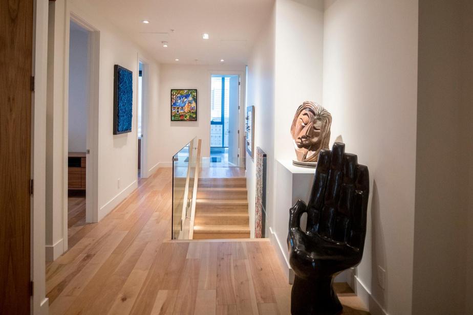 À l'étage, un couloir mène à trois pièces et à une salle de bains.