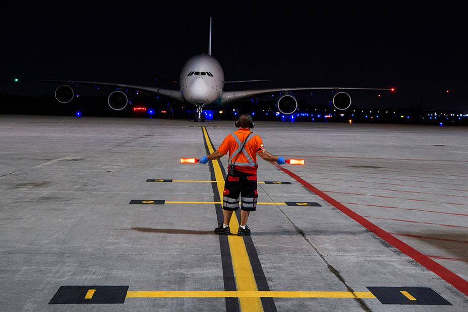 Le gigantesque A380 d'Airbus n'avait pas été vu à Montréal depuis 2014. Il s'est posé discrètement dans la nuit de mercredi à jeudi à Montréal-Trudeau, chargé d'équipement médical. Le célèbre appareil à étage conçu par Airbus avait été aperçu pour la dernière fois en service régulier de passagers à Montréal à l'automne2012.