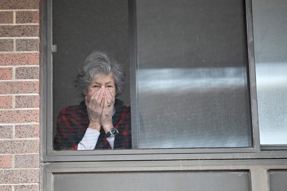 Lillian Horowitz, 94ans, habite la résidenceKing David, à Montréal, où un cas de COVID-19 a été détecté. «Je suis inquiète, mais les gens ici sont fantastiques. Je mange seule dans ma chambre depuis quelques jours, je suis en isolement», a-t-elle confié à l'équipe de La Presse, à travers sa fenêtre.