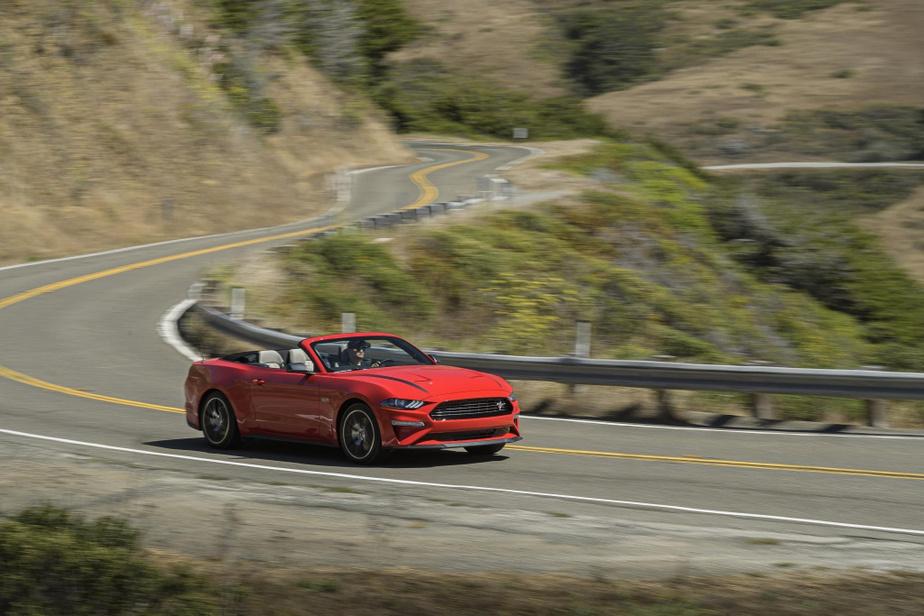 Ford Mustang Rivale incontestée de la Camaro, la Mustang est également une bonne porte d'entrée dans le monde des décapotables. Son habitacle plus spacieux que celui de la Camaro, son prix de départ plus bas (36080$) et son moteur EcoBoost de 310ch (quatre-cylindres turbo de 2,3L) lui permettent de bien agrémenter les balades. Il peut aussi être couplé à une boîte manuelle. Sa plateforme à propulsion est toutefois plus axée sur le confort.