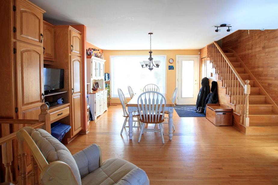 Pour des raisons budgétaires, seul le rez-de-chaussée fera l'objet de rénovations. La maison possède deux salons, mais aucun au rez-de-chaussée. De plus, le plancher est usé et craque beaucoup.