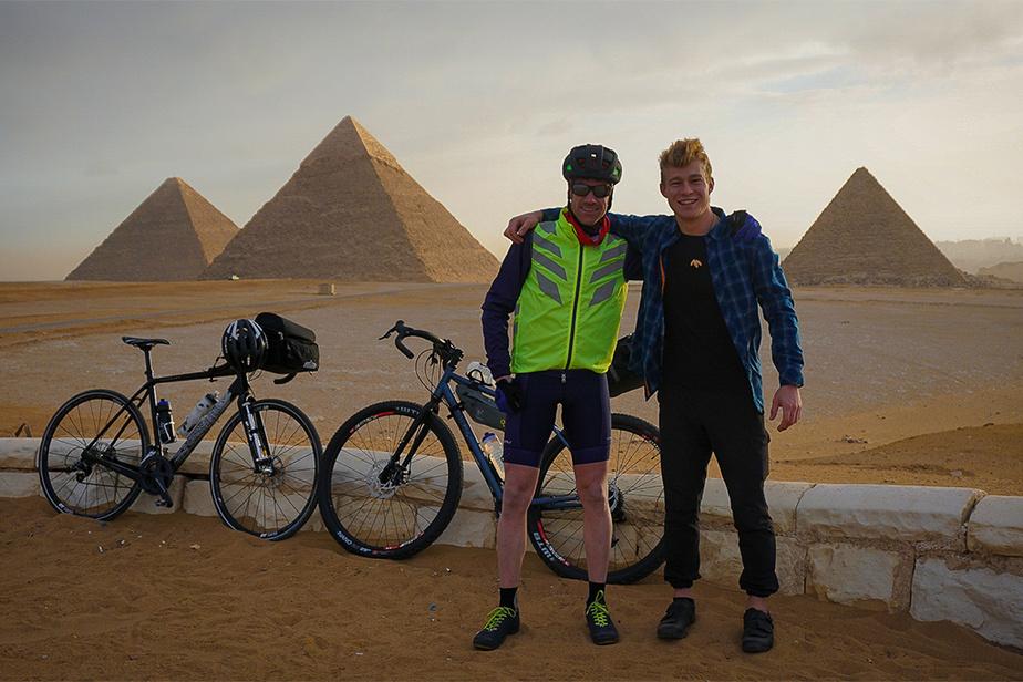 Samuel Roy (à droite), au point de départ du périple, devant les pyramides deGizeh.