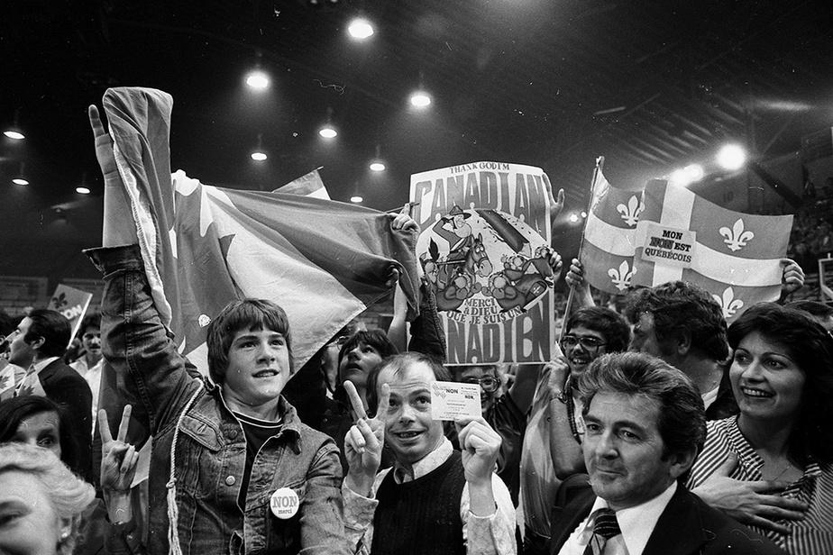 Des partisans du Non célèbrent leur victoire à l'auditorium de Verdun, à Montréal.
