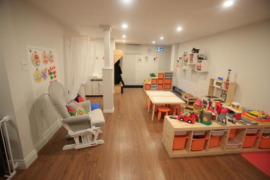 Le sous-sol est lumineux. Une halte-garderie y a été aménagée. Des ateliers de stimulation du langage y sont aussi organisés.