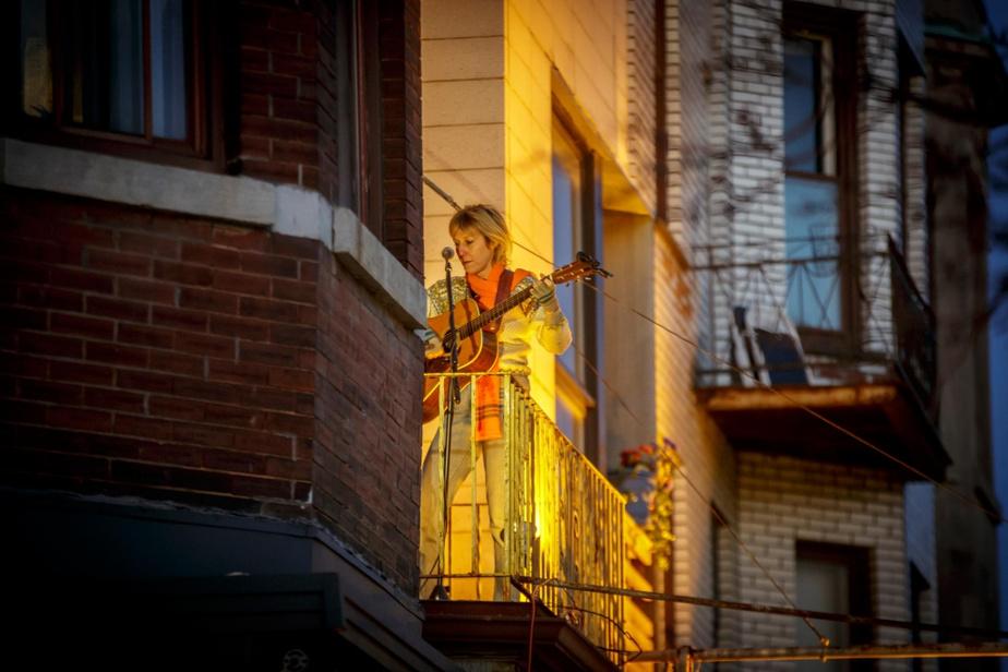 Martha Wainwright chante sur son balcon, en tout début de confinement, le 22mars.