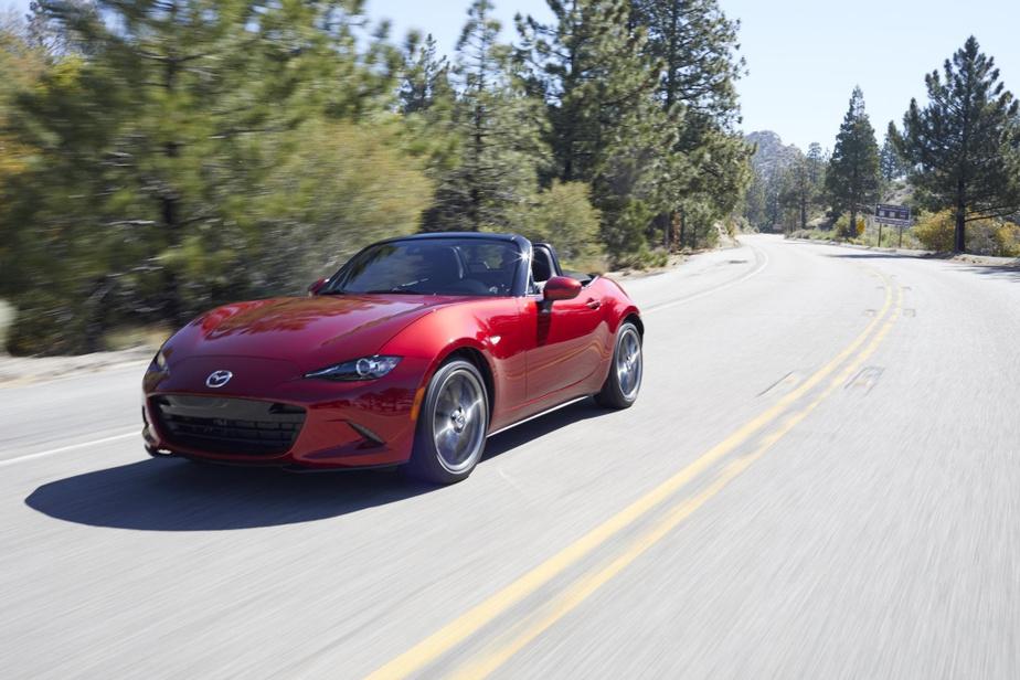 MazdaMX-5 L'une des voitures les moins chères de cette liste à 33100$ de base, la MX-5 est encore et toujours une référence dans l'aspect sensoriel de la conduite. Bénéficiant d'une architecture à roues arrière motrices légère qui lui permet d'être joueuse à souhait, la MX-5 table aussisurun quatre-cylindres amplement puissant et frugal. Il faut toutefois accepter d'être un peu à l'étroit, surtout si vous mesurez plusde1,83m (6pi).