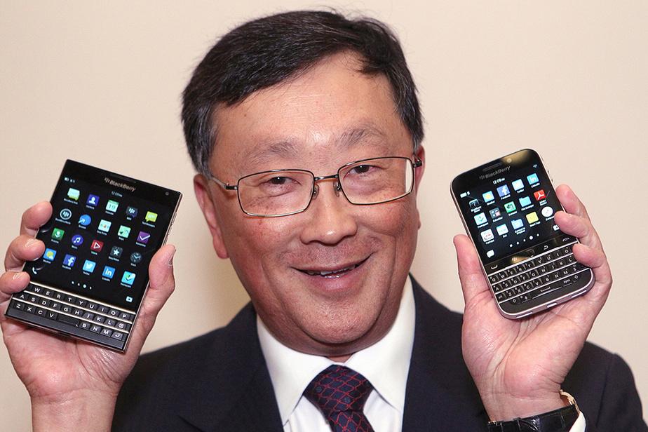 En juin 2014, BlackBerry espère revenir dans la course avec un téléphone audacieux de format carré, le Passport (à gauche) et le modèle Classic, présentés ici par le PDG John Chen.