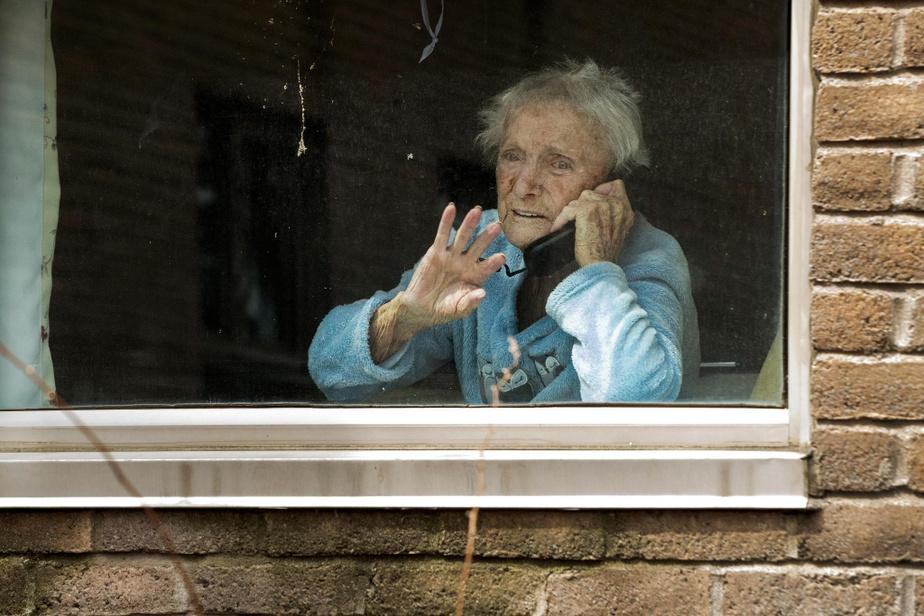 En ce 12avril, Georgette Laramée discute avec sa famille qui se trouve de l'autre côté de sa fenêtre. La dame de 96ans est morte de la COVID-19, le 20avril.