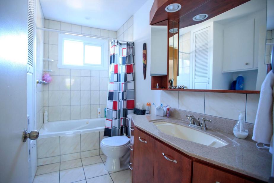 La salle de bains principale est petite et peu invitante. La baignoire à remous n'est pas utilisée. Pour la faire fonctionner, il faut aller dans la chambre d'à côté, pousser un bouton caché dans le garde-robe.