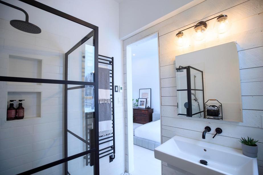 La salle de bains qui jouxte la chambre des maîtres a été ajoutée par les propriétaires actuels en 2018.