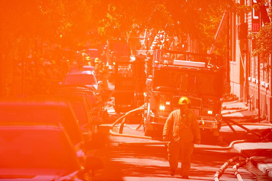 Soulevé par le vent, un ruban de sécurité du Service de sécurité incendie de Montréal s'est retrouvé devant l'objectif de notre photographe, au moment de la prise de vue.