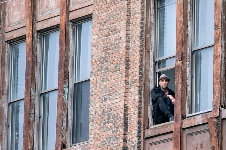 Le cinéaste Kim Nguyen à la fenêtre de son bureau