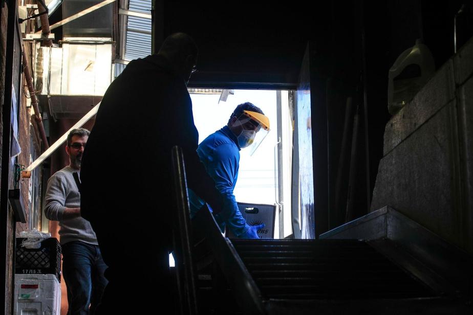André Corbeil, coordonnateur des services alimentaires, décharge un camion rempli de légumes.