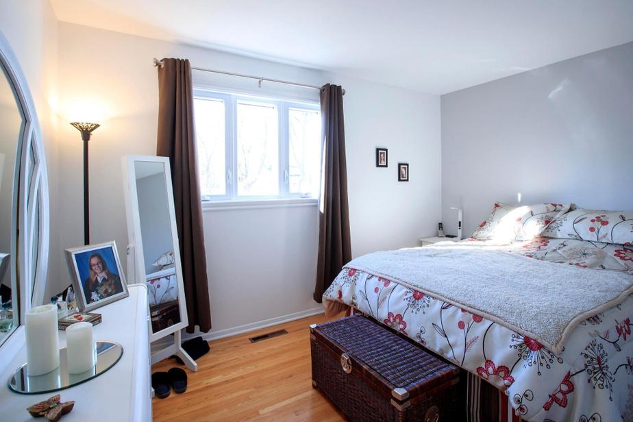 La maison compte six chambres, dont trois au rez-de-chaussée, ce qui est nettement supérieur aux besoins de la famille. Dans la chambre principale, l'espace garde-robe est trop petit. Sophie doit ranger une partie de ses vêtements à l'étage.