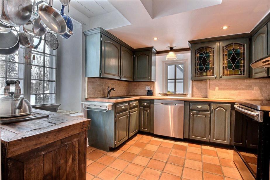 La cuisine avec son beau carrelage de type tomettes provençales