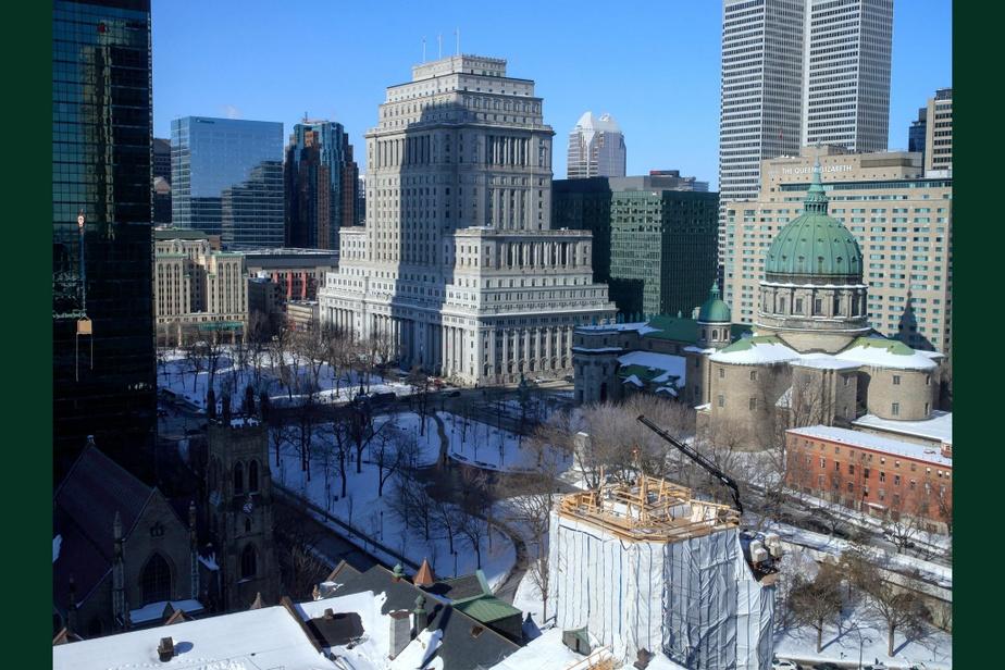 APRÈS : La place du Canada aujourd'hui. Le paysage a bien changé… au point où l'on ne voit même plus le mont Royal.