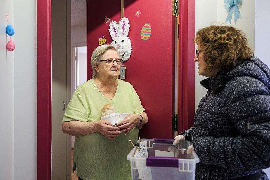 Pierrette Bergeron discute avec Nicole Paquette, une des bénéficiaires du service de la Popote roulante, qui reçoit ses victuailles de la journée.