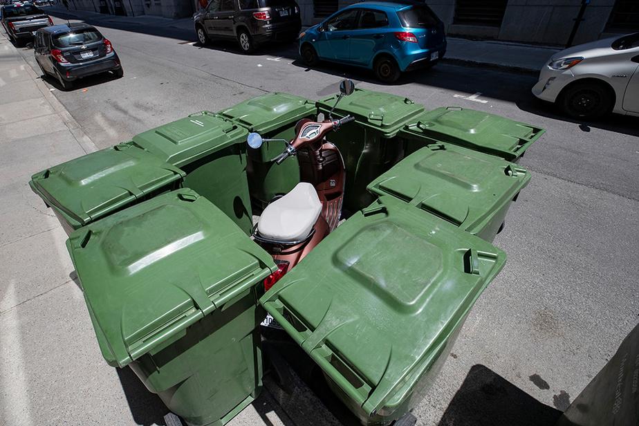 Des résidants de la rue Saint-Louis, dans le Vieux-Montréal, ne semblent pas apprécier la manière dont un motocycliste a stationné sa monture.