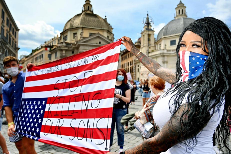 «Arrêtez de tuer nos enfants!», peut-on lire sur un drapeau américain exhibé dimanche dernier à Rome, en Italie.