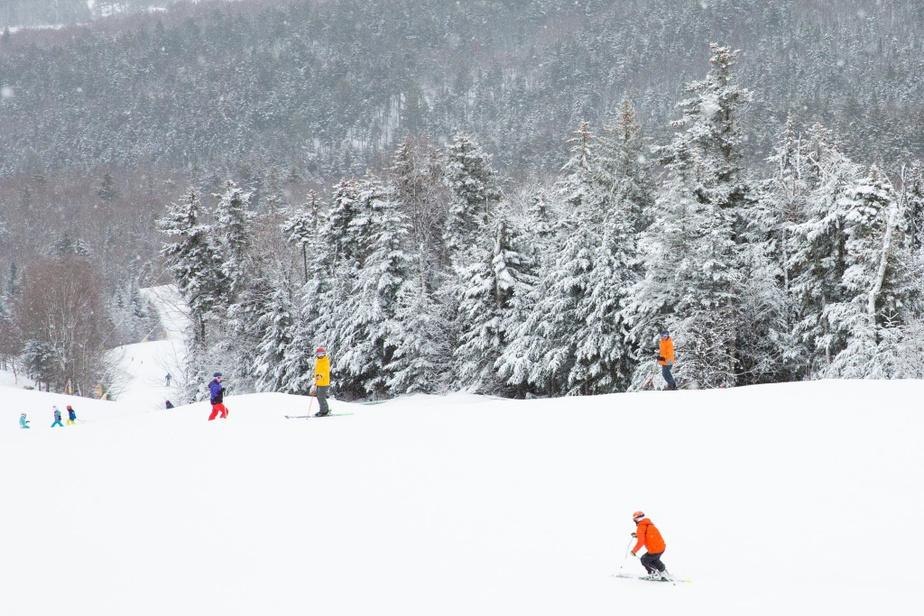 Qualité de la neige BrettonWoods est reconnu pour la qualité de son enneigement et ses larges pistes impeccablement damées. L'inclinaison n'y est pas des plus accentuées, mais la vaste étendue du centre de 188hectares permet de trouver des pentes peu achalandées qui permettent de longs virages en appui. On l'a expérimenté avec plaisir en slalomant sur la piste OscarBarron's, qui file sous le télésiège de WestMountain. Ça nous a permis de mesurer la qualité du travail effectué sur les pistes du centre.