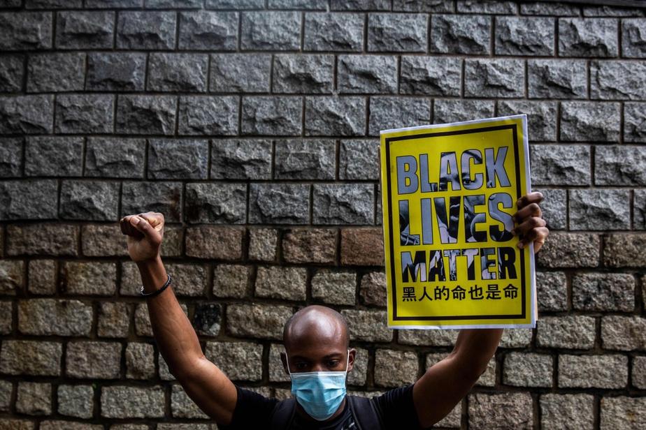La vague Black Lives Matter a traversé les continents. Sur notre photo, un manifestant, poings levés, à Hong Kong.