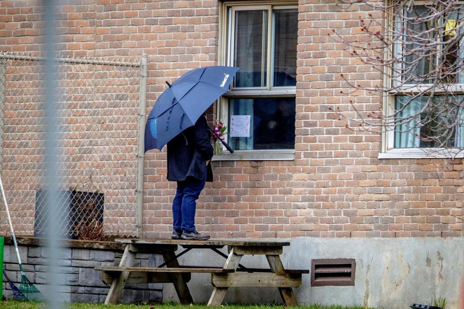 Discussion sous la pluie au CHSLD Yvon-Brunet