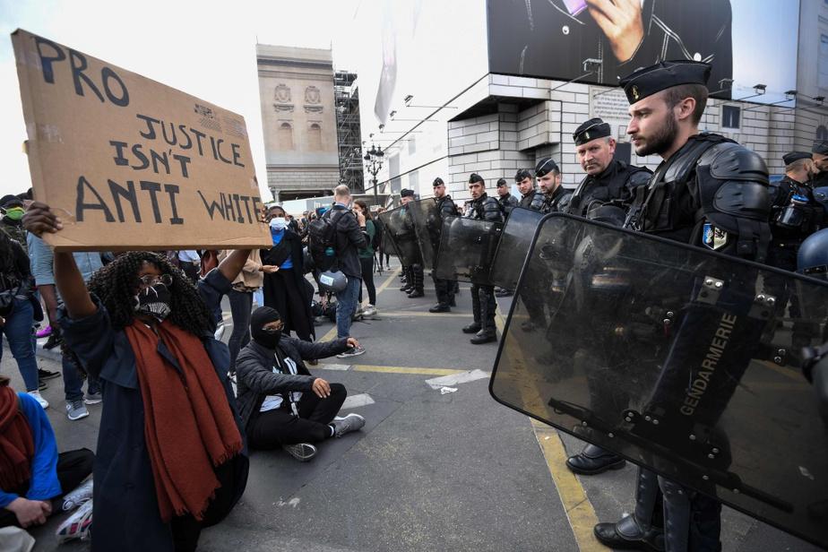 À Paris aussi, la plupart des manifestants s'adressent aux autorités en anglais.
