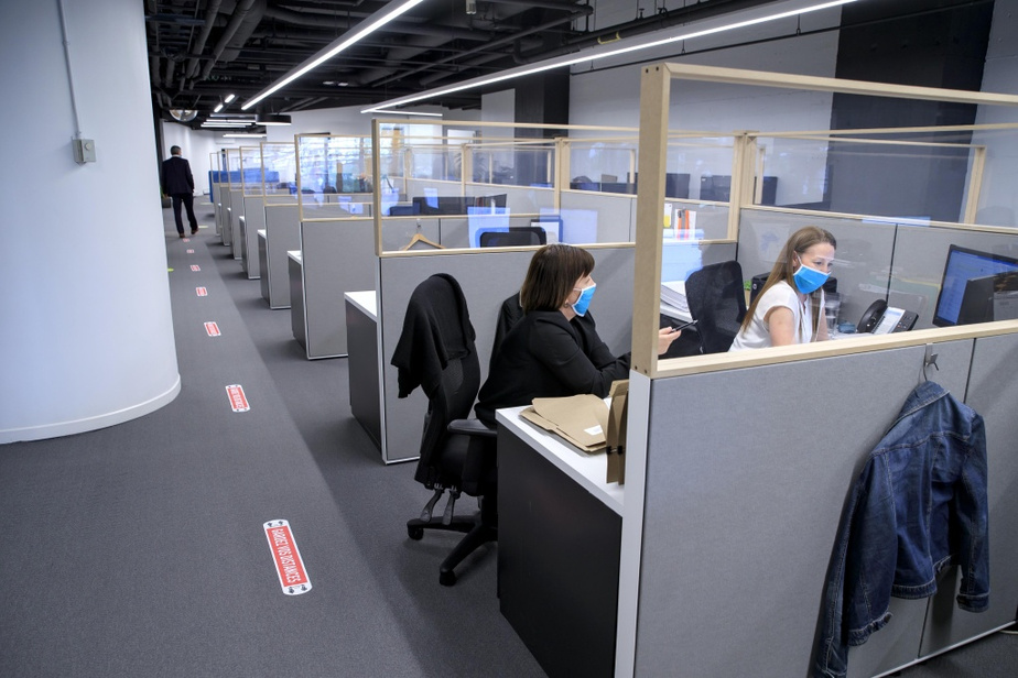 Dans les bureaux de Kevric, où le travail a repris lundi, les cloisons hautes ont fait un retour dans l'aménagement des cubicules de travail.