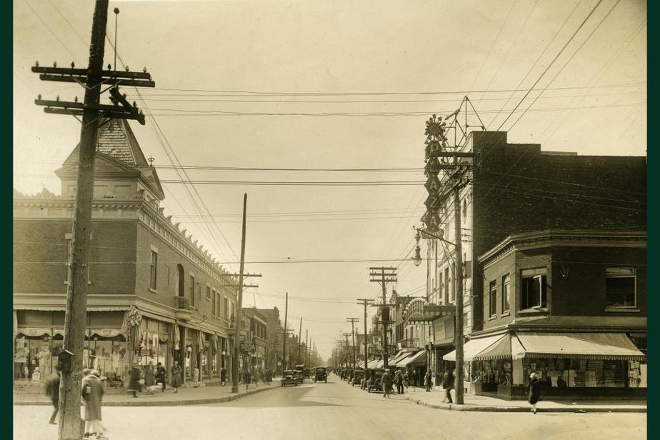 AVANT : La rue Saint-Hubert, à l'angle de la rue Beaubien, en 1928. À droite, on aperçoit le théâtrePlaza, construiten1922.