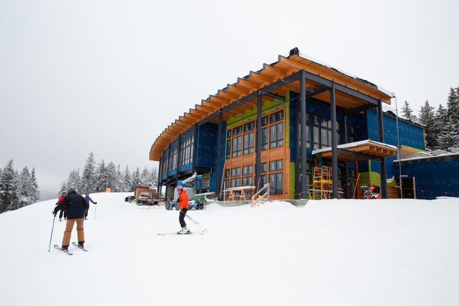 Trois sommets BrettonWoods s'articule autour de trois sommets, mais c'est du haut du montRosebrook, à 945m d'altitude, que l'on a la plus belle vue sur le montWashington. On va d'ailleurs pouvoir en profiter à plein dès l'été prochain quand ouvrira le nouveau chalet du sommet, un grand bâtiment moderne généreusement vitré situé juste à côté de la nouvelle télécabine qui a été inaugurée à l'automne. Le restaurant Latitude44, qui accueille actuellement les skieurs au sommet, sera quant à lui converti–il pourrait accueillir les locaux des équipes de compétition.