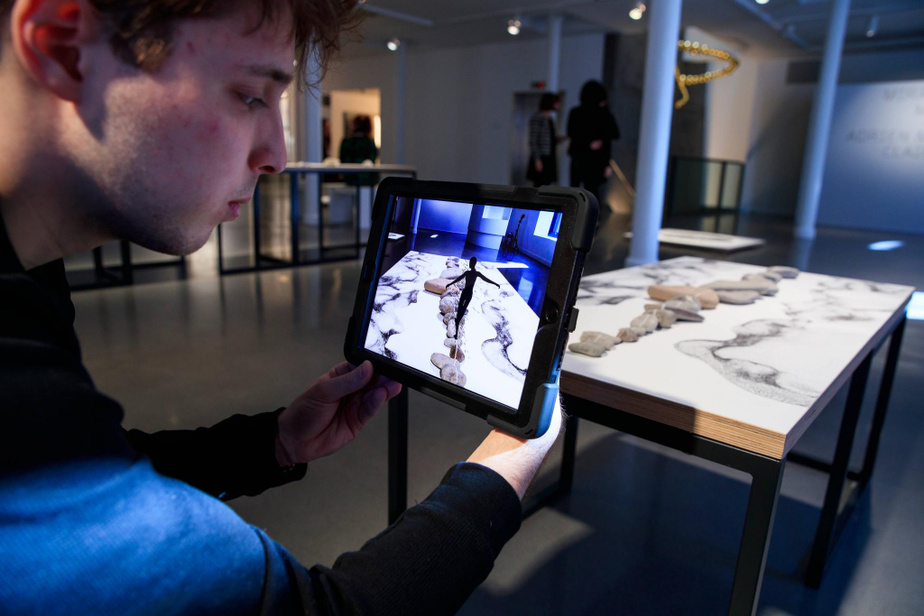 Expérimentation de l'œuvre Ligne qui permet de voir un petit personnage marcher sur un chemin de grosses pierres.