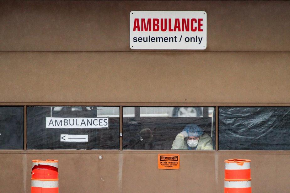 À l'hôpital St.Mary's de Montréal, un infirmier attend l'arrivée des ambulances.