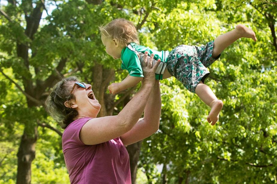 Catherine joue avec son petit-fils Léon au parc des Royaux à Montréal en ce dernier samedi demai.
