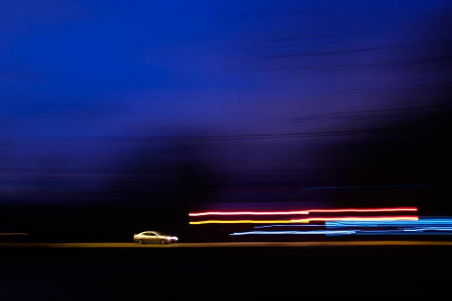 Une voiture circule dans l'est de Montréal, à l'heure bleue.