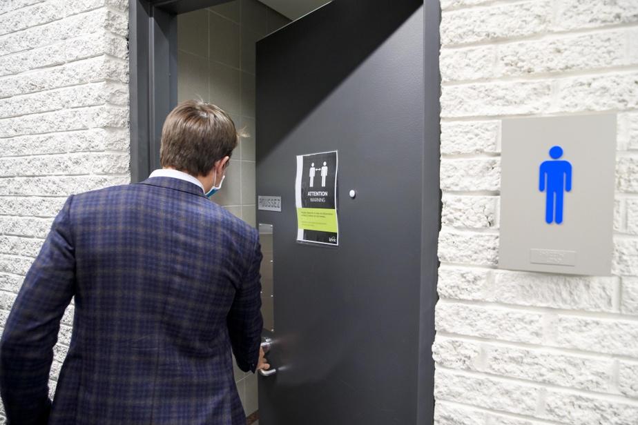 Deux personnes à la fois sont admises aux toilettes. Un système d'aimant donne l'état de la situation.