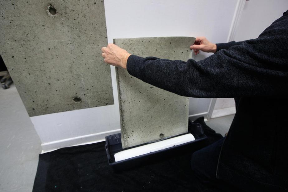 Si l'on souhaite installer soi-même le trompe-l'œil, il faut dans un premier temps tremper lepapier peint dans un bac d'eau tiède.