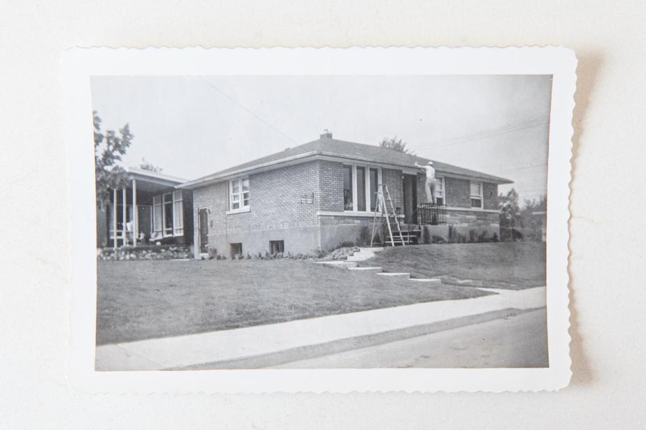 Le bungalow de briques orangées a été achevé pendant l'été1956, à Longueuil. Thérèse Brodeur et Jean Hardy en ont fait l'acquisition quelques mois plus tard.