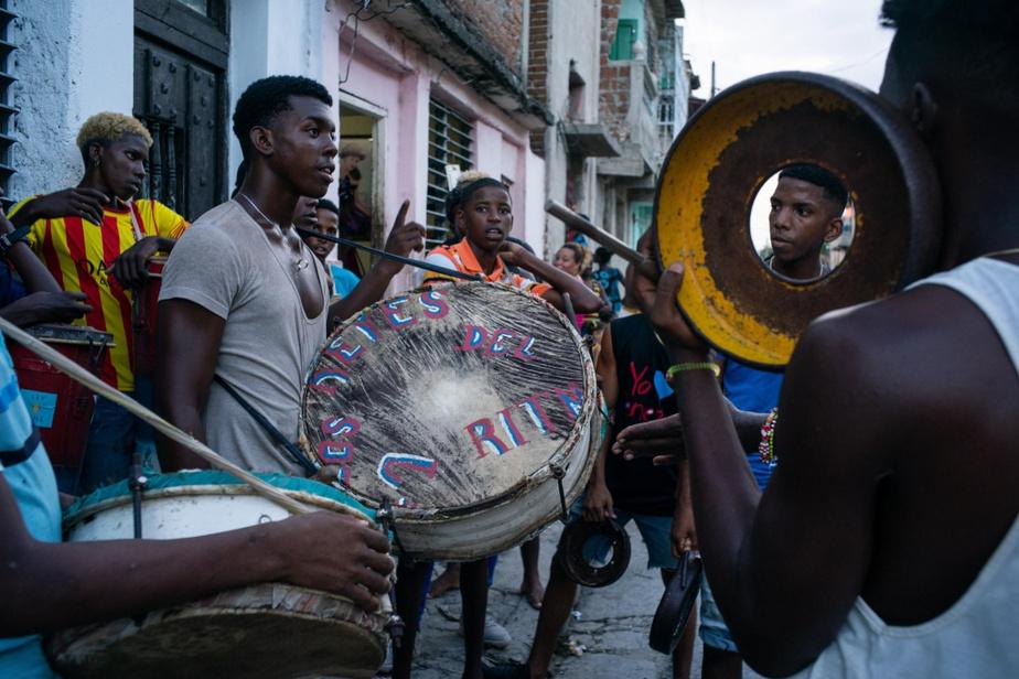 Pendant toute l'année, les groupes formés de percussionnistes, danseurs et chanteurs–appelés comparsas–pratiquent en vue ducarnaval.