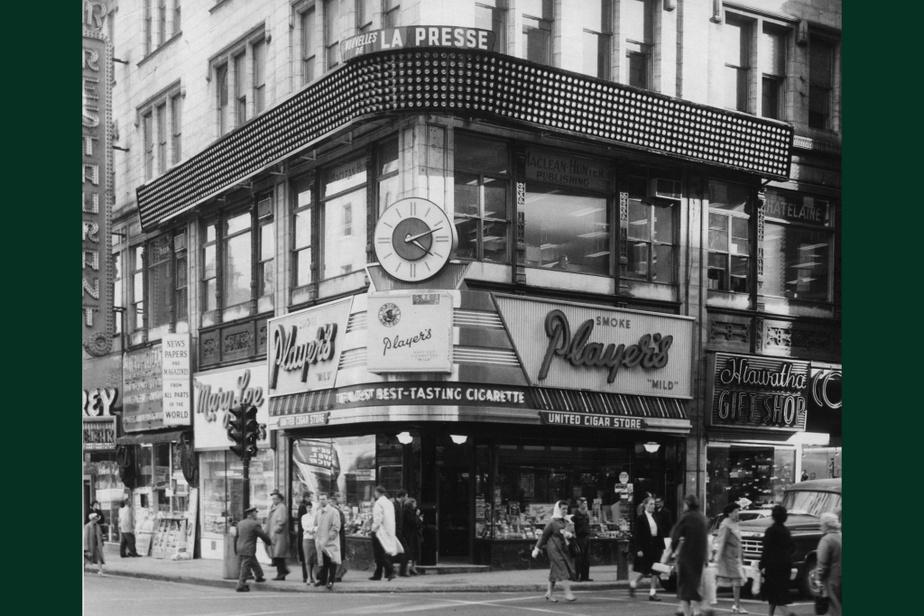 AVANT : La rue Sainte-Catherine accueille depuis longtemps des dizaines de commerces parmi les plus courus en ville. Le31 octobre1959, on peut voir parmi les publicités affichées sur cet immeuble, à l'angle de la ruePeel, l'enseigne des «télénouvelles» de LaPresse, où défilaient les manchettes du jour.