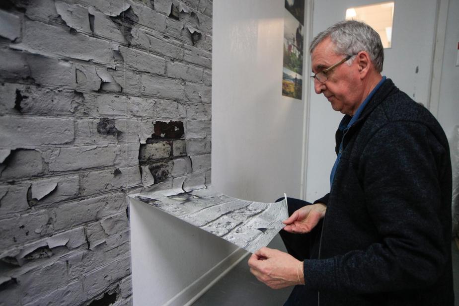 M.Cousineau nous montre comment les murales, posées sur des surfaces bien préparées et adéquates, peuvent s'enlever facilement à sec, sans endommager le mur. Elles peuvent même être réutilisées, si l'on rajoute de la colle.