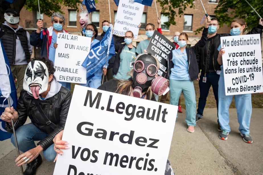 Des professionnels et techniciens du réseau de la santé et des services sociaux manifestent devant l'hôpital de Verdun.